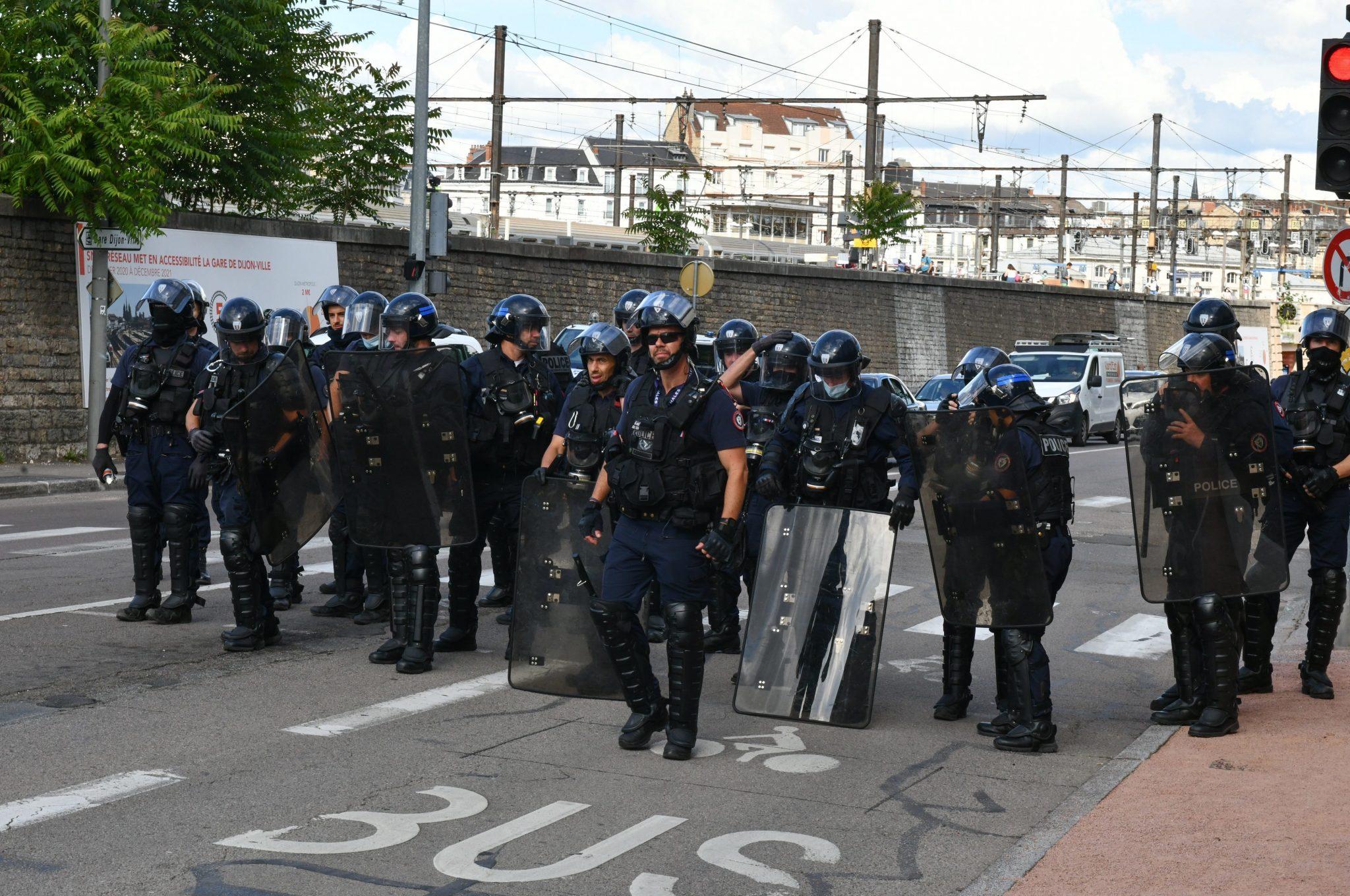 Erst durch starke Polizeikräfte konnte die Lage in Dijon oberflächlich beruhigt werden Foto: picture alliance/Philippe Bruchot/MAXPPP/dpa