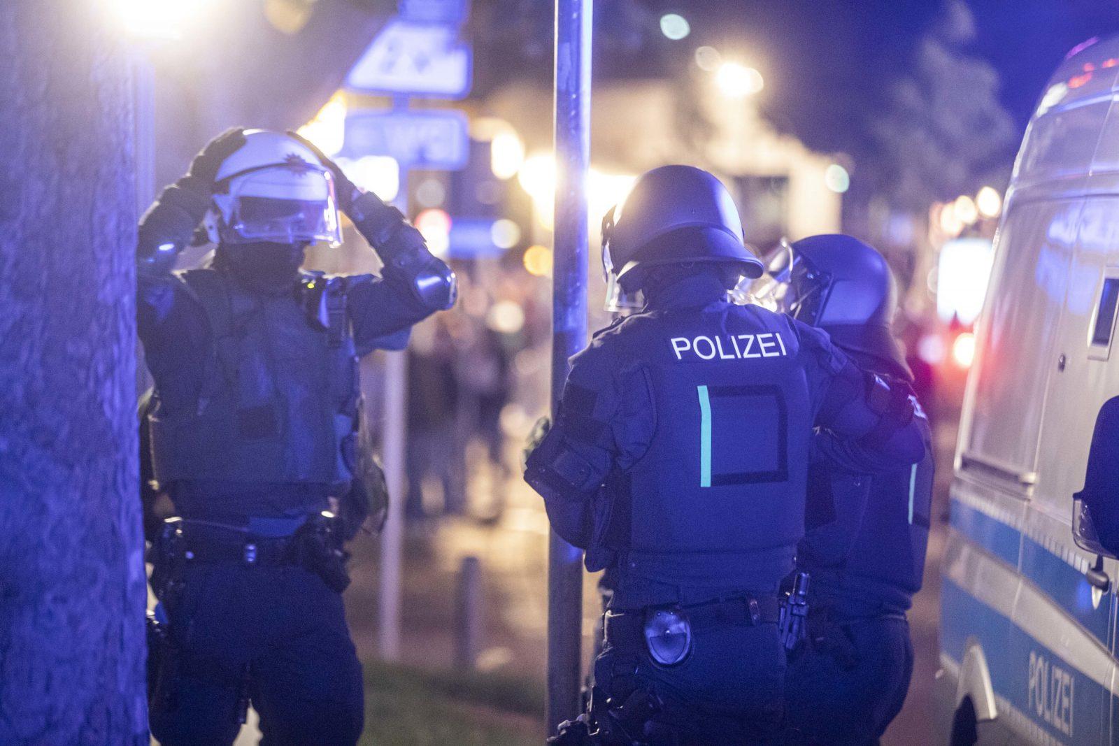 Polizisten mußten in Stuttgart gegen die Randalierer vorgehen Foto: picture alliance / Simon Adomat /dpa