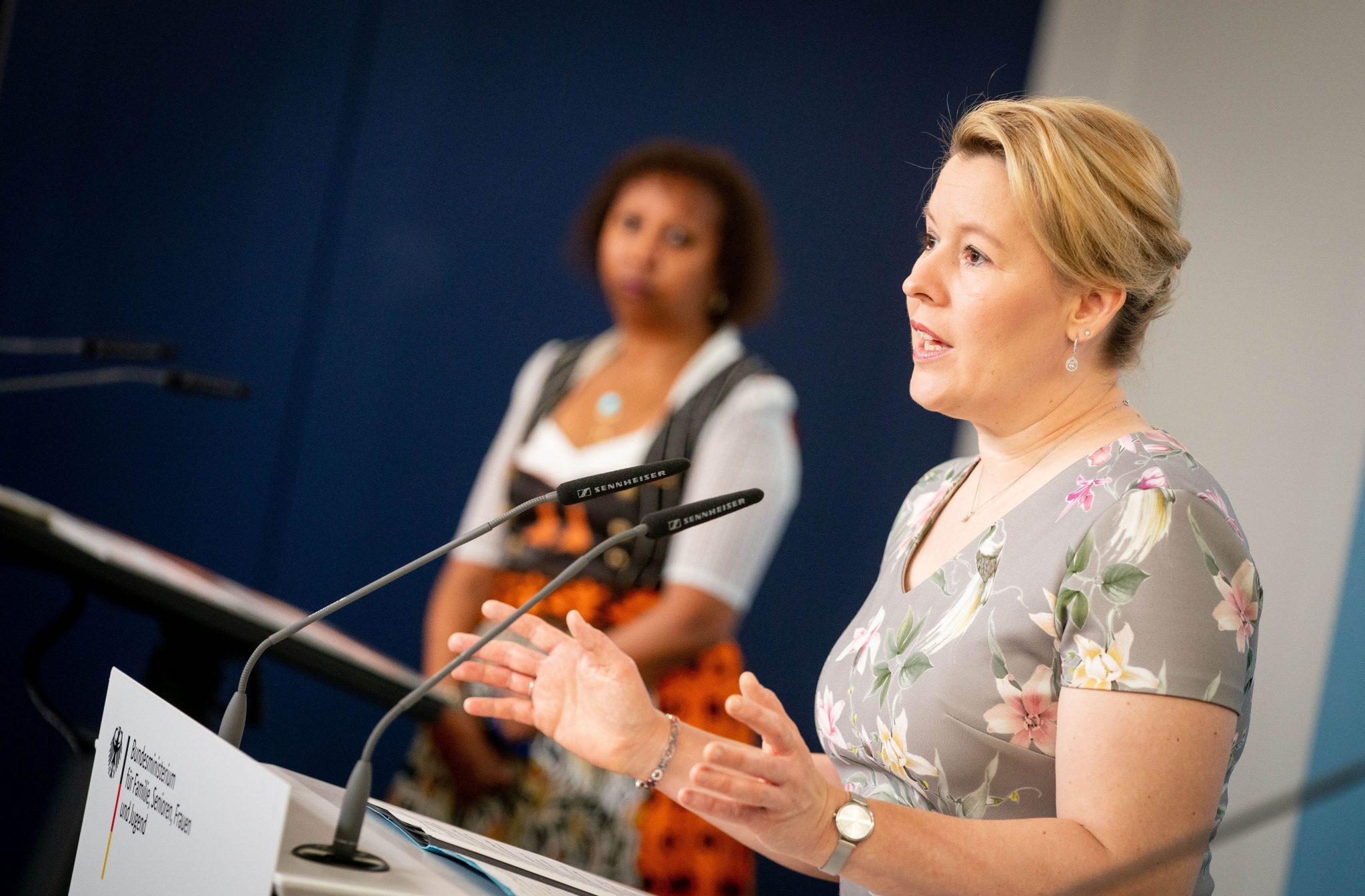Bundesfamilienministerin Franziska Giffey (SPD) (r.) stellt die Studienergebnisse zu Genitalverstümmelungen vor Foto: picture alliance/Kay Nietfeld/dpa
