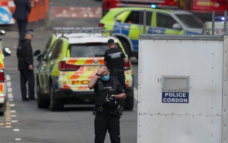 Polizisten sichern den Tatort in Glasgow ab Foto: picture alliance / empics