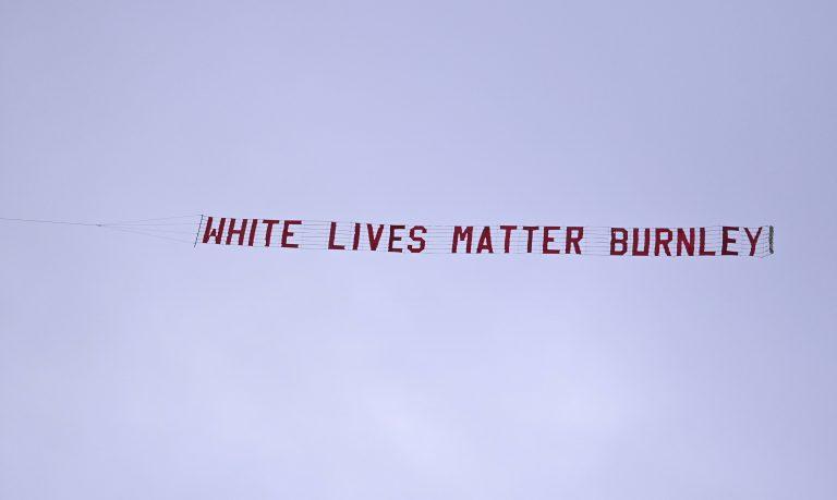 """Flugzeug mit """"Whites Lives Matter""""-Banner beim Spiel von Manchester City gegen den FC Burnley Foto: picture alliance / AP Photo"""