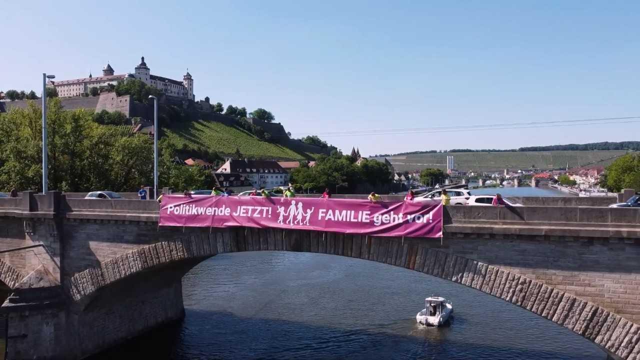 """Mitglieder des Aktionsbündnisses """"Familie geht vor"""" entrollen ein Banner auf der Mainbrücke in Würzburg Foto: """"Familie geht vor"""""""