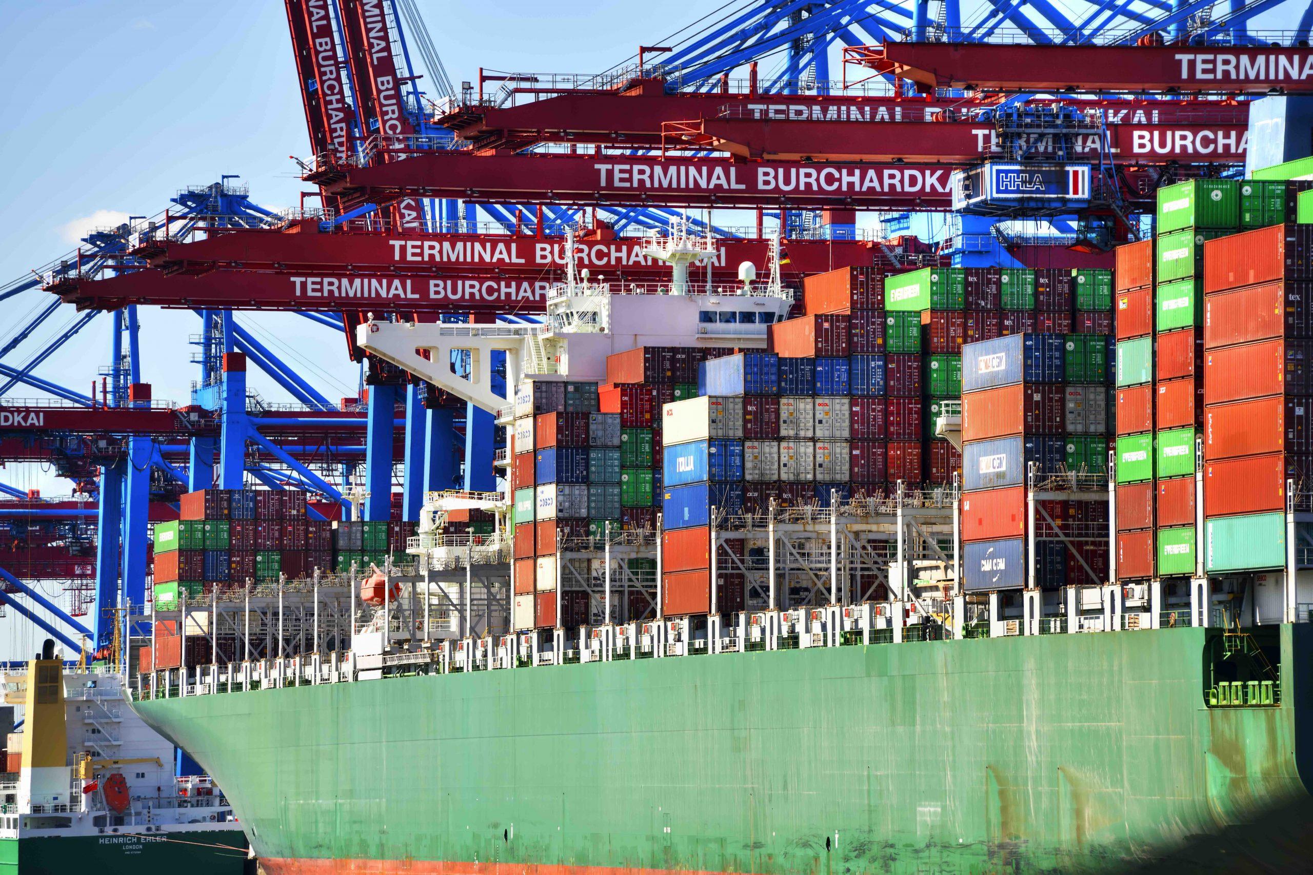 Gestapelte Container auf einem Containerfrachter im Waltershofer Hafen in Hamburg Foto:     picture alliance/chromorange