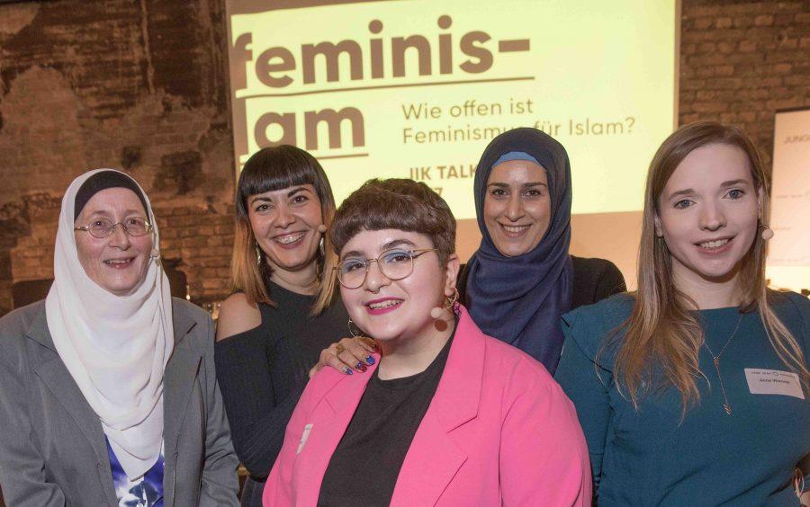 Hengameh Yaghoobifarah (in der Mitte mit rosafarbenem Jackett) (Archivbild) Foto: picture alliance/dpa