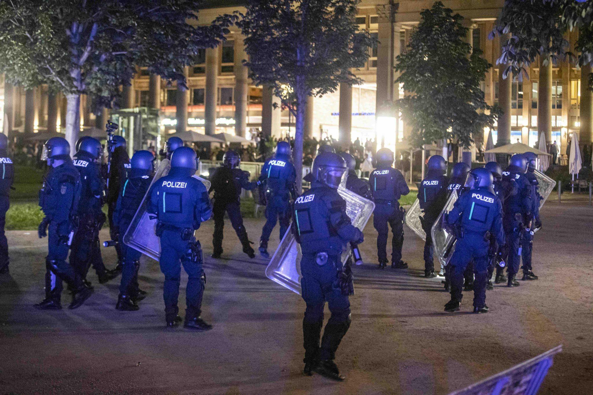 Polizisten sammeln sich in Stuttgart, um gegen Randalierer vorzugehen Foto: picture alliance/Simon Adomat/dpa