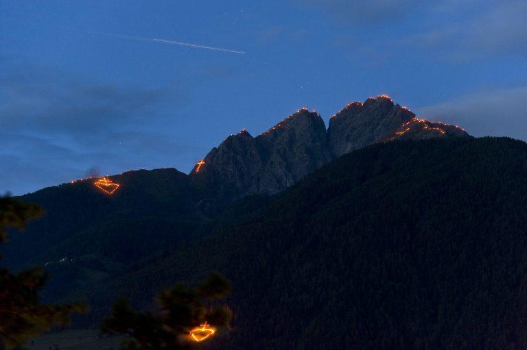Herz-Jesu-Feuer am Ifinger in Meran Foto: imago images / Südtirolfoto