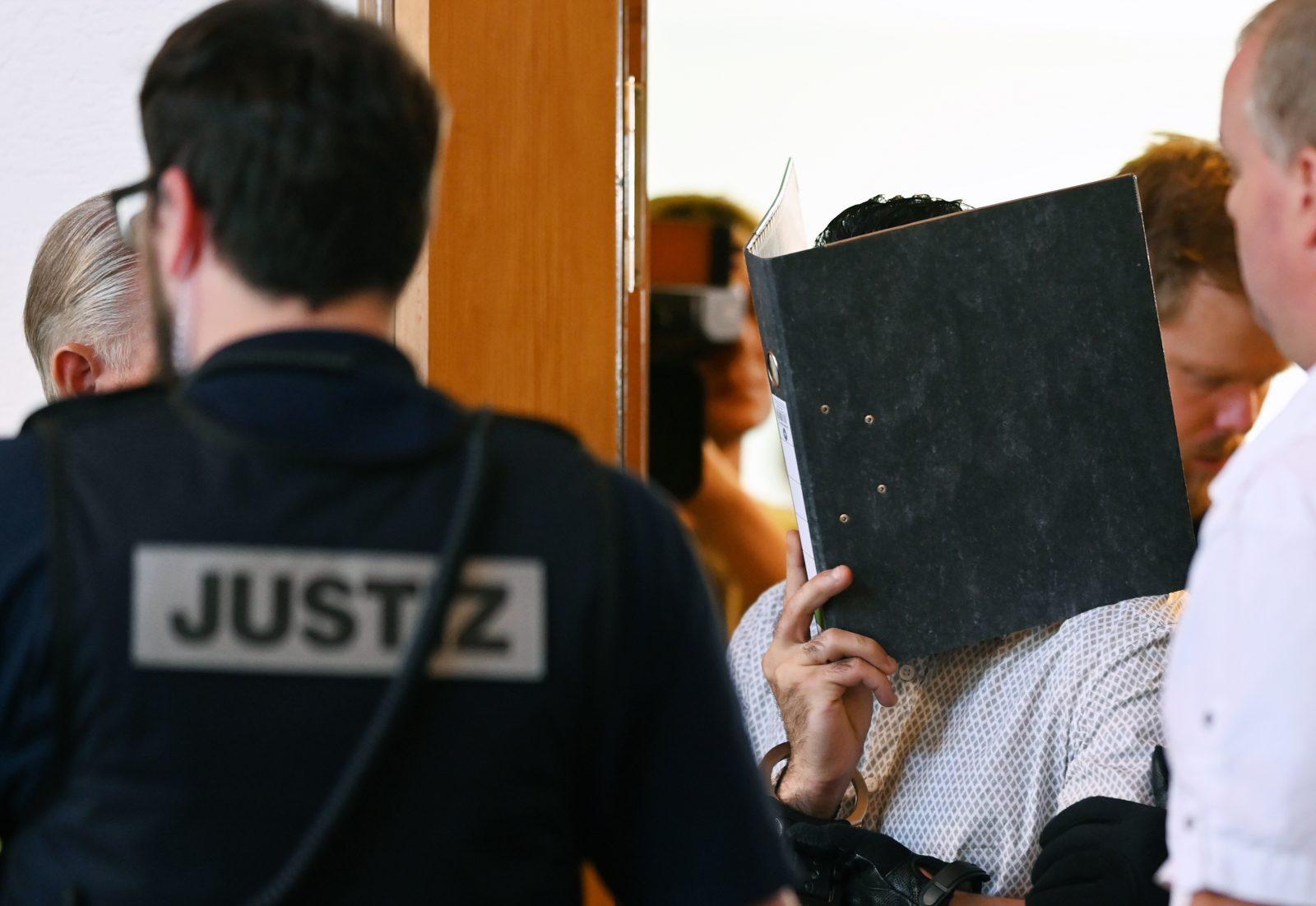 Einer der Angeklagten wird in den Saal des Freiburger Landgerichtes geführt (Archivbild) Foto: picture alliance/Patrick Seeger/dpa