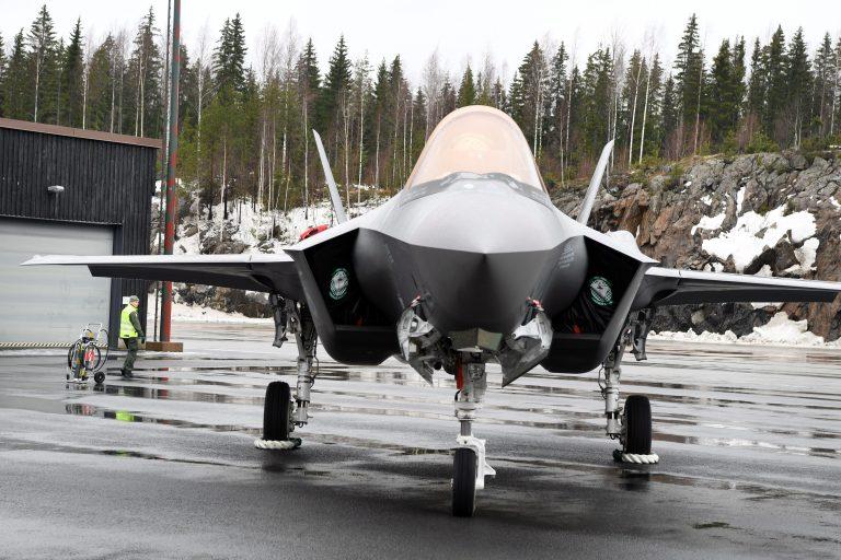 Flugzeug der finnischen Luftwaffe: Die letzten Hakenkreuze verschwinden Foto: picture alliance/Jussi Nukari/Lehtikuva/dpa