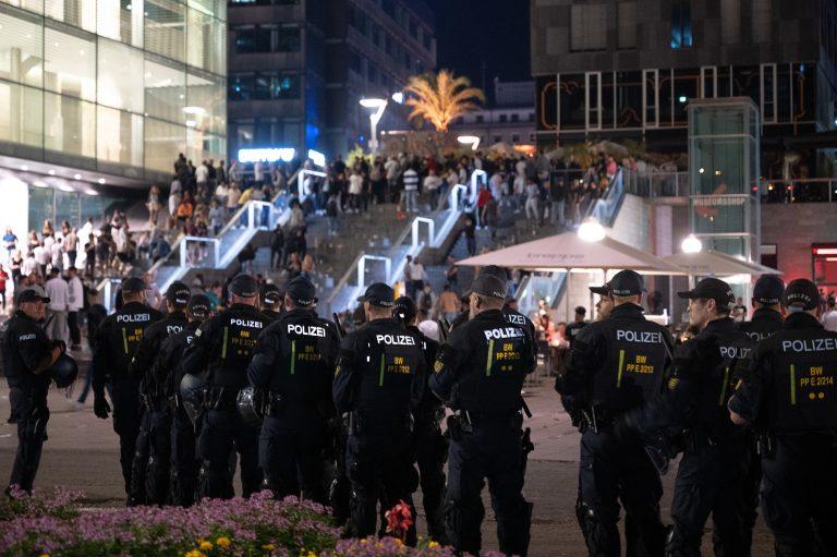 Nach der Krawallnacht sichern Polizisten die Stuttgarter Innenstadt Foto: picture alliance/Sebastian Gollnow/dpa