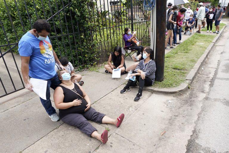 Menschen warten vor einer Corona-Teststation in Texas Foto: picture alliance / AP Photo