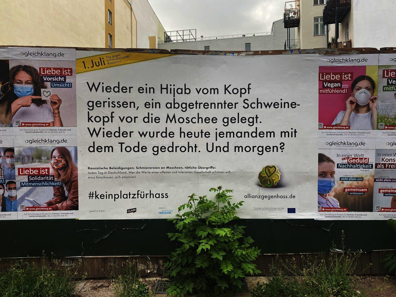 """Ein Plakat erinnert in Berlin an den """"Tag gegen antimuslimischen Rassismus"""" Foto: picture alliance/Paul Zinken/dpa"""