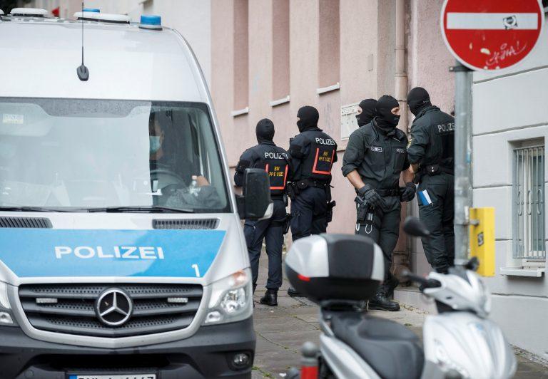Polizisten durchsuchen die Wohnung eines Verdächtigen in Stuttgart Foto: picture alliance/Julian Rettig/dpa