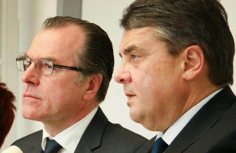 Der damalige Bundeswirtschaftsminister Sigmar Gabriel (SPD) (r.) und der Fleischfabrikant Clemens Tönnies (l.) (Archivbild) Foto: picture alliance/---/dpa
