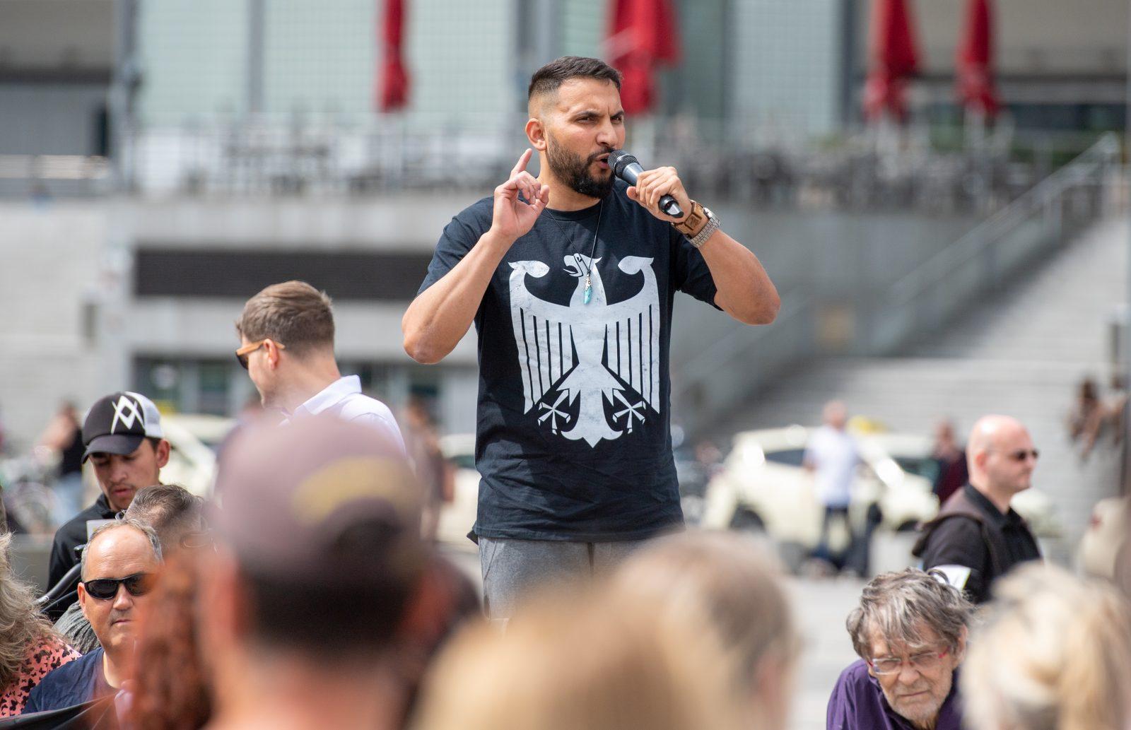 Der Vegan-Koch Attila Hildmann spricht während einer Kundgebung gegen die Corona-Maßnahmen in Berlin Foto: picture alliance/Christophe Gateau/dpa
