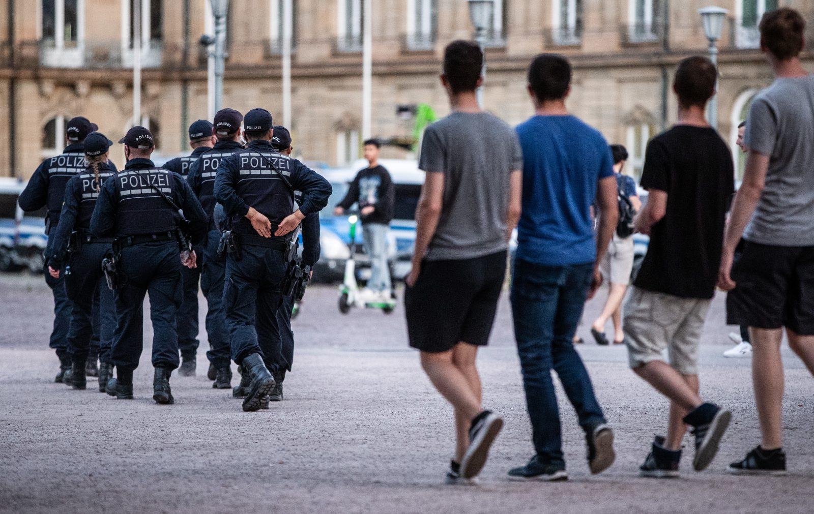 Polizeipräsenz in Stuttgarter Innenstadt: Kontrolliert verstärkt Jugendliche Foto: picture alliance/Christoph Schmidt/dpa