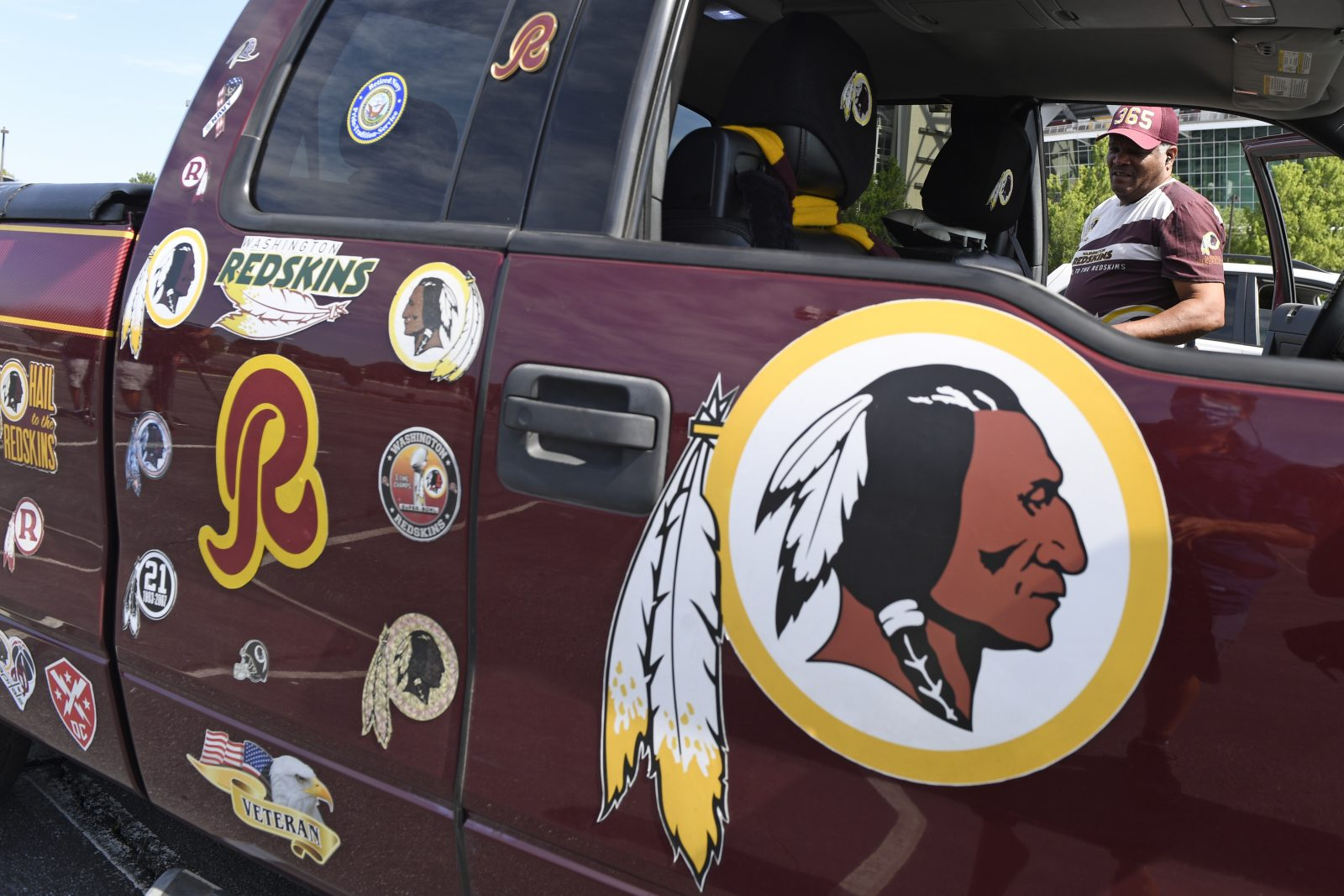 Das bisherige Logo der Washington Redskins prangt auf einem Auto Foto: picture alliance / AP Photo