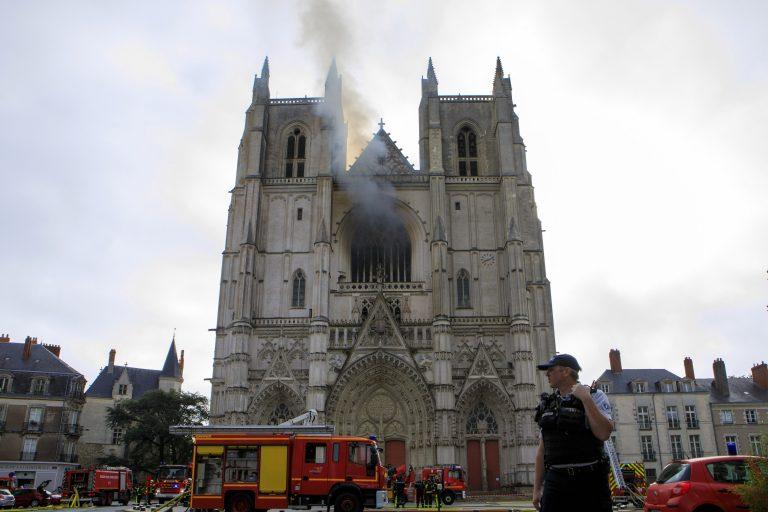 Rauch steigt aus der Kathedrale von Nantes Foto: picture alliance / AP Photo
