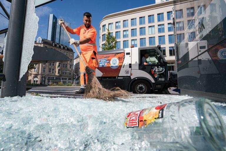Reinigungskräfte beseitigen am Frankfurter Opernplatz die Spuren der Ausschreitungen vom Wochenende Foto: picture alliance/Frank Rumpenhorst/dpa