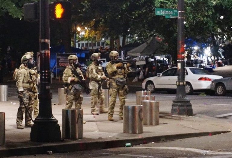 Bundespolizisten gehen in Portland im US-Bundesstaat Oregon gegen Randalierer vor Foto: picture alliance/Artur Gabdrahmanov/Sputnik/dpa