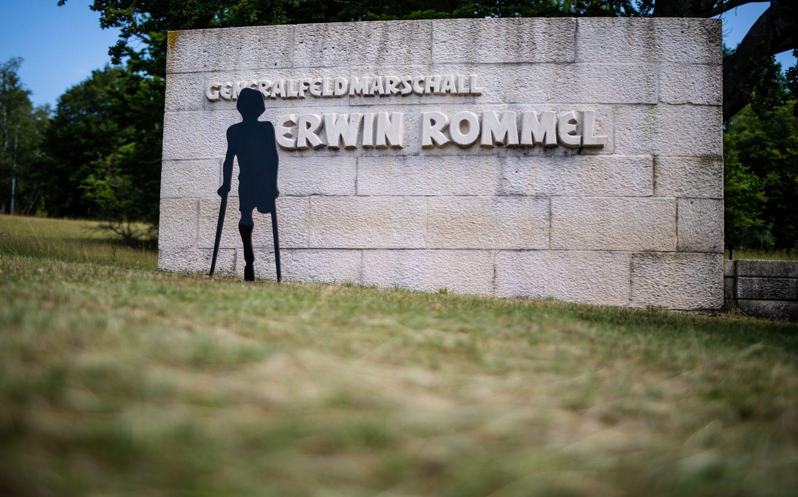 Die neue Skulptur steht direkt vor dem Rommel-Denkmal in Heidenheim Foto: picture alliance/Christoph Schmidt/dpa