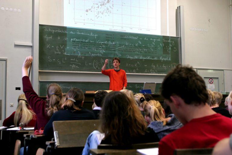 Studenten folgen einer Mathematikvorlesung an der Universität Bonn (Archivbild) Foto: picture alliance/JOKER