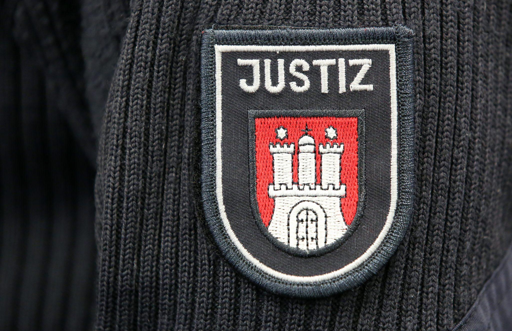 Wappen der Hansestadt Hamburg auf der Uniform eines Justizbeamten Foto: (c) dpa