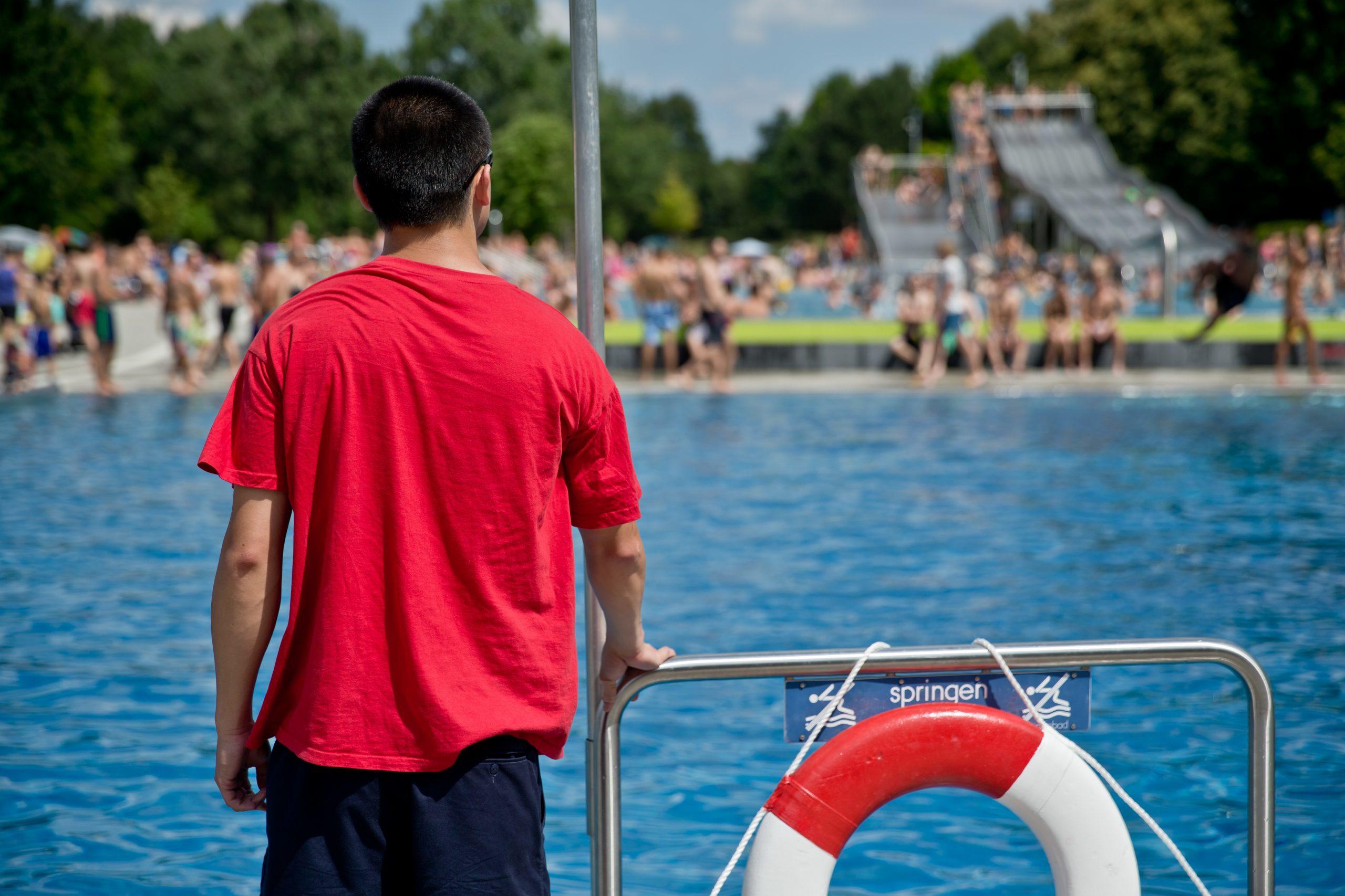 Ein Bademeister beobachtet das Geschehen in einem Nürnberger Schwimmbad (Archivbild) Foto: (c) dpa