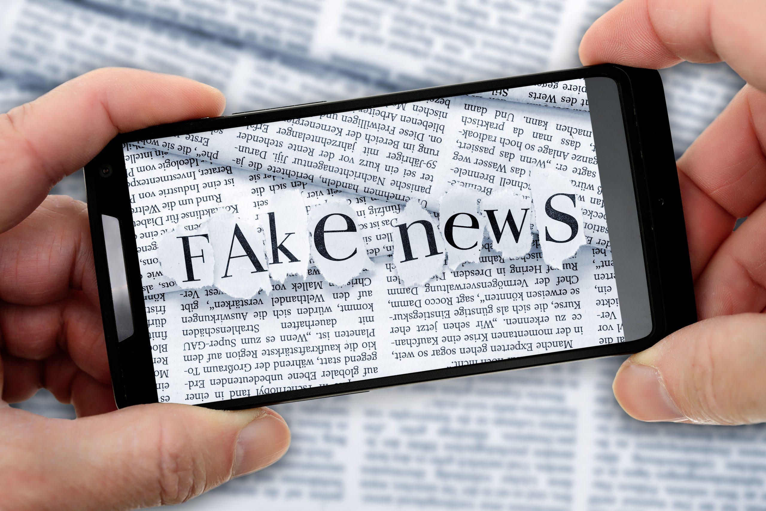 Fake News-Schriftzug auf einem Smartphone Foto: picture alliance / dpa