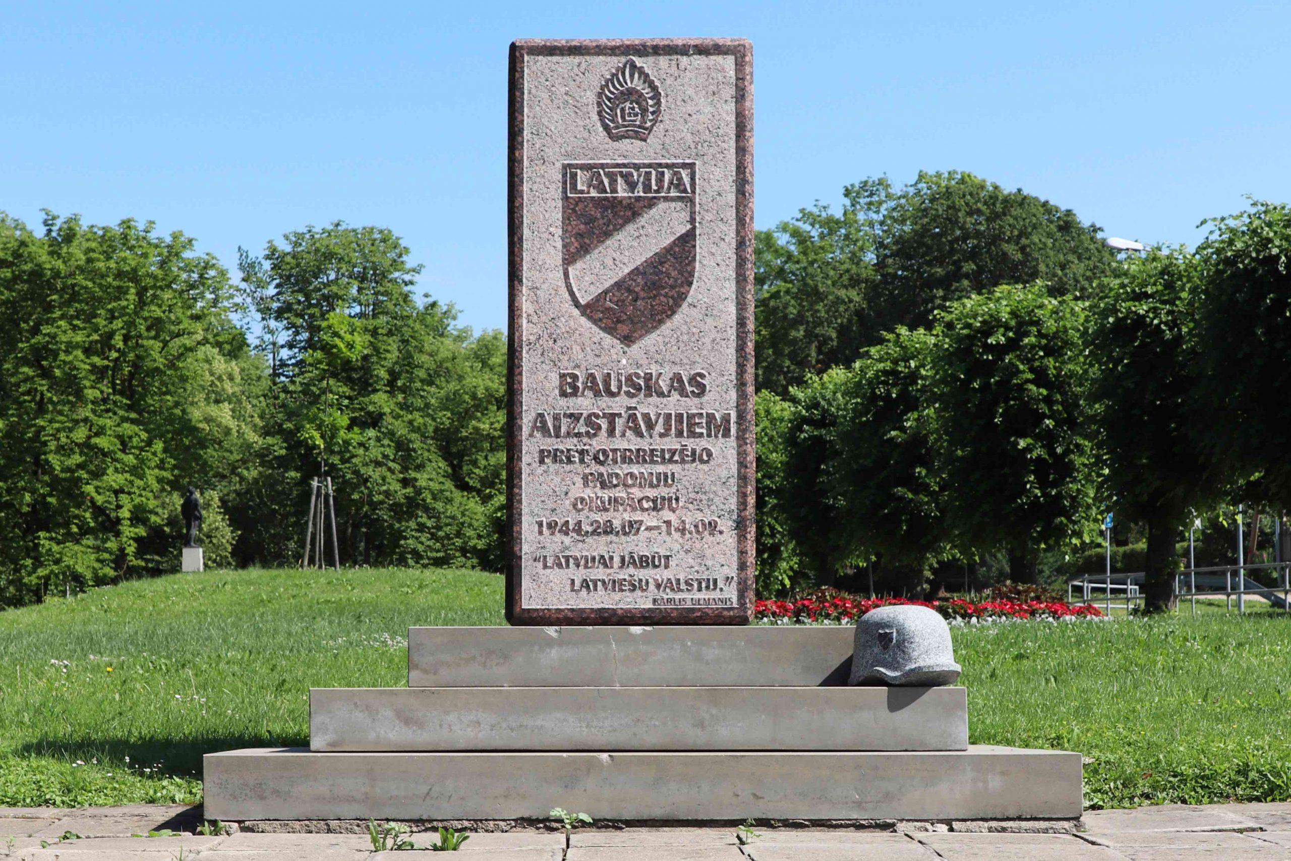 Denkmal für die Verteidiger Bauskas mit dem Emblem der lettischen Armee, darunter der Ärmelschild, der von den Angehörigen der lettischen Waffen-SS getragen wurde Foto: Privat