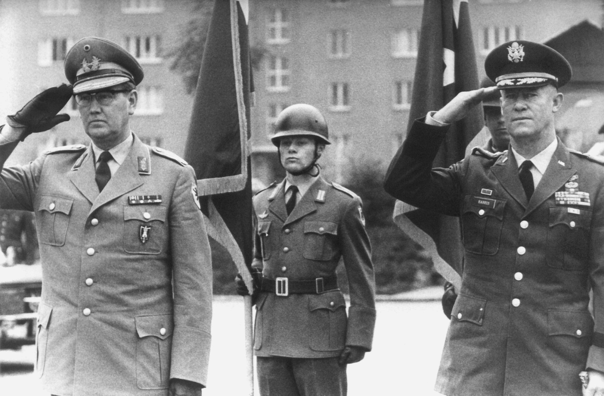 General Johann Adolf Graf von Kielmansegg (l) 1963 während seines Antrittsbesuchs als NATO-Oberbefehlshaber der Landstreitkräfte Europa Foto: dpa - Bildarchiv