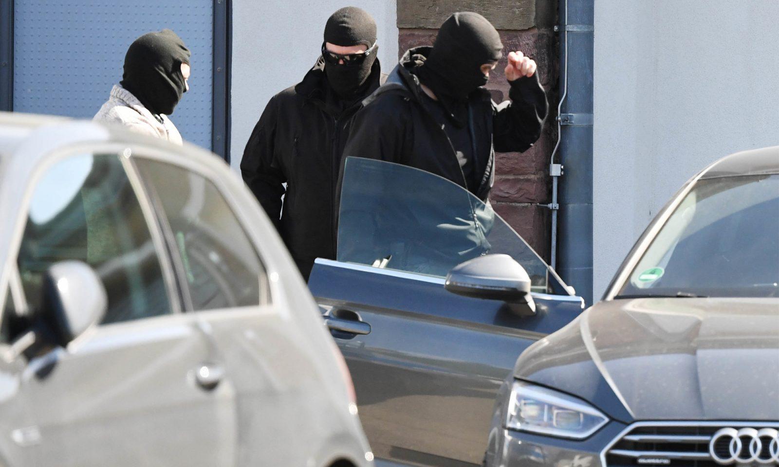 Maskierte Polizisten: Anklage gegen mutmaßlichen IS-Anhänger Foto: picture alliance/Uli Deck/dpa
