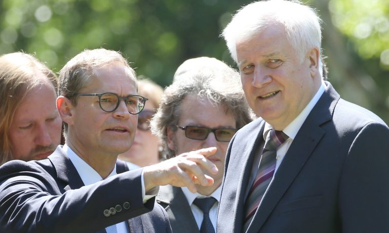 Berlins Regierender Bürgermeister Michael Müller (SPD, l.) und Bundesinnenminister Horst Seehofer (CSU) Foto: picture alliance/Wolfgang Kumm/dpa