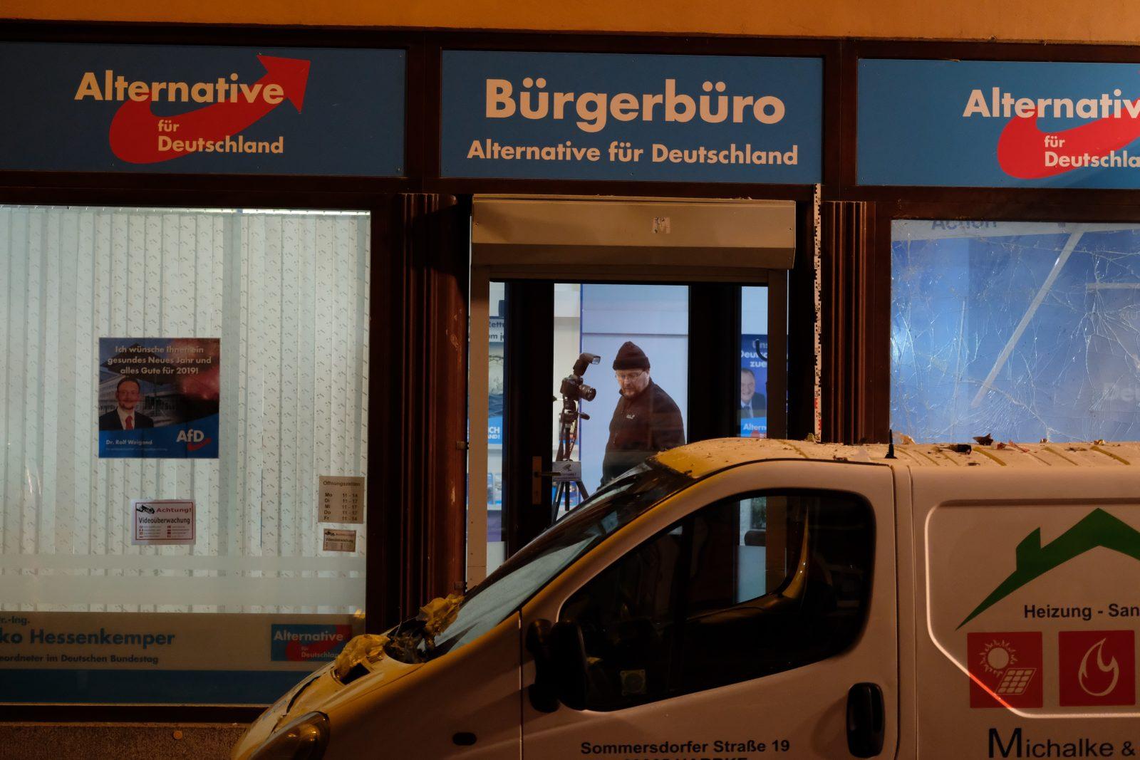 Polizisten ermitteln nach einem Anschlag auf ein AfD-Büro (Archivbild) Foto: picture alliance/Sebastian Willnow/dpa-Zentralbild/dpa