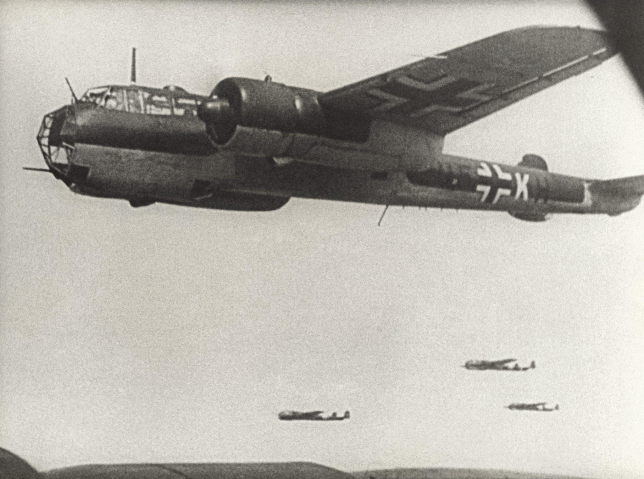 Ein deutscher Bomber vom Typ Dornier Do-17Z fliegt mit weiteren Maschinen in Formation während der Kämpfe über England Foto: picture alliance/Mary Evans Picture Library