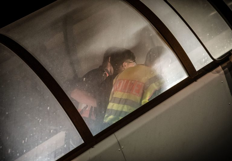 Polizisten bringen einen Migranten in den Abschiebeflieger (Archivbild) Foto: picture alliance/Michael Kappeler/dpa