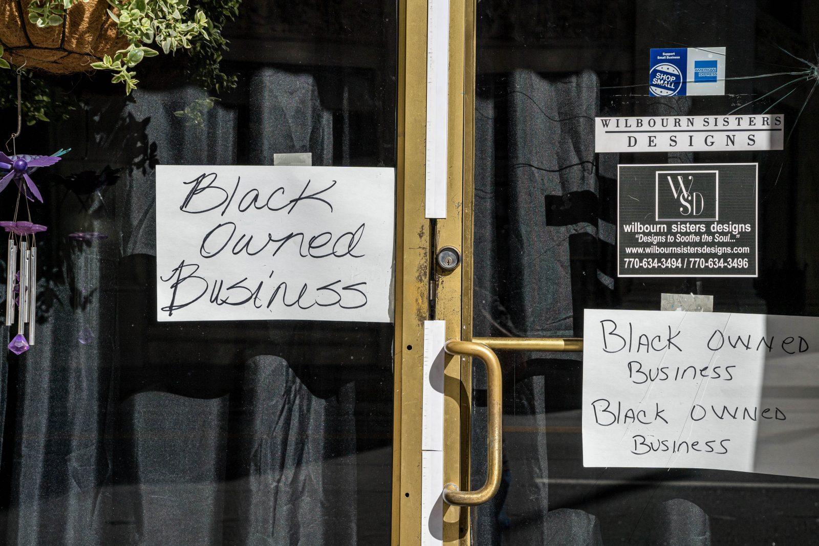 Ein Schild in Atlanta (USA) zeigt während der Unruhen nach dem Tod von George Floyd an, daß der Laden einem Schwarzen gehört Foto: picture alliance / CAP/MPITPA/SS / dpa