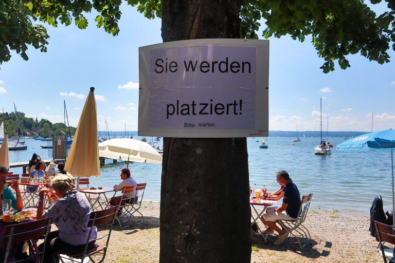 Hinweisschild an der Außengastronomie im bayerischen Herrsching: Besonders Gastwirte leiden unter den Corona-Maßnahmen Foto: picture alliance/Fotostand