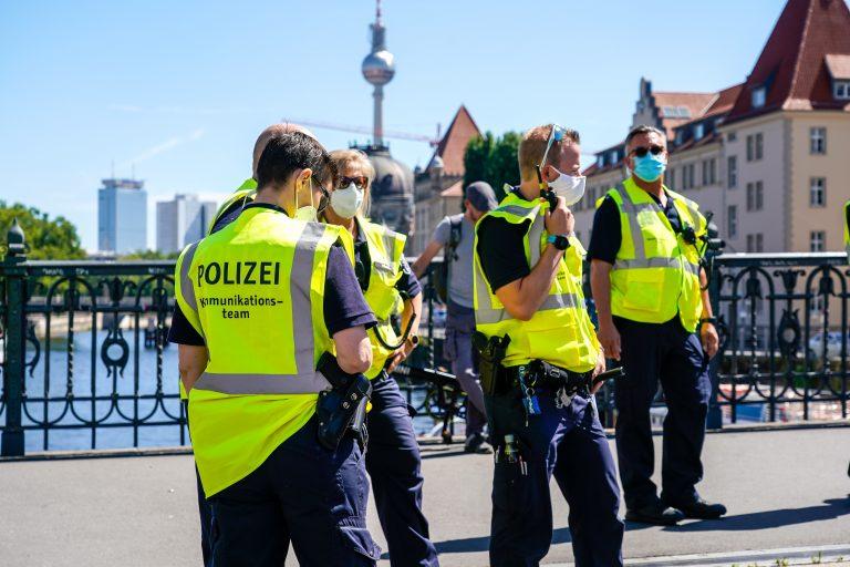 Polizisten bei Corona-Demonstration in Berlin