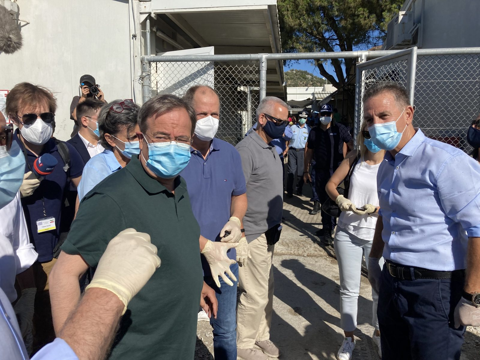 Nordrhein-Westfalens Ministerpräsident Armin Laschet (CDU) läßt sich durch das Flüchtlingslager führen Foto: picture alliance/Dorothea Hülsmeier/dpa