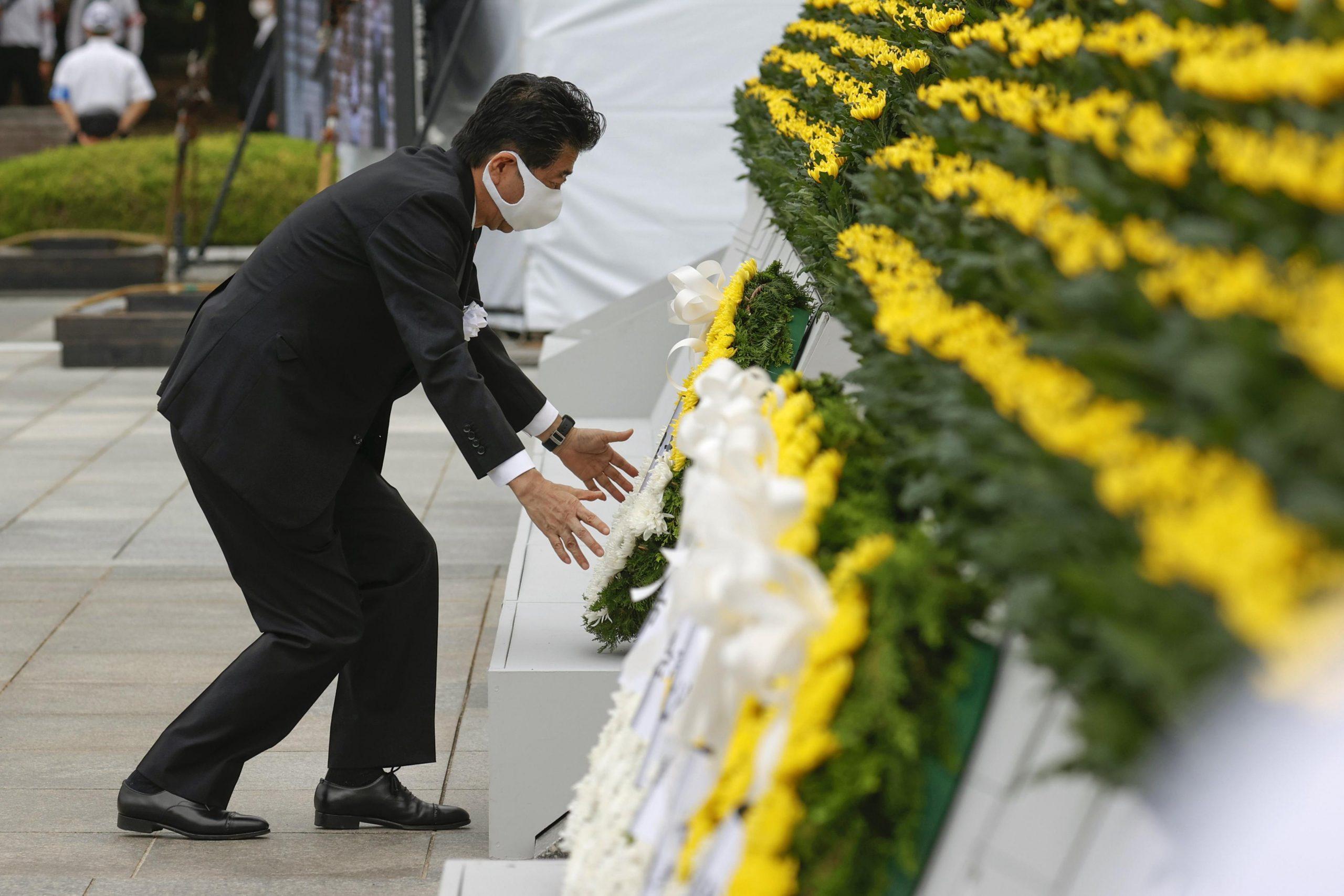 Japans Ministerpräsident Shinzo Abe legt einen Kranz für die Opfer des Atombombenabwurfs auf Hiroshima nieder Foto: picture alliance/Kyodo