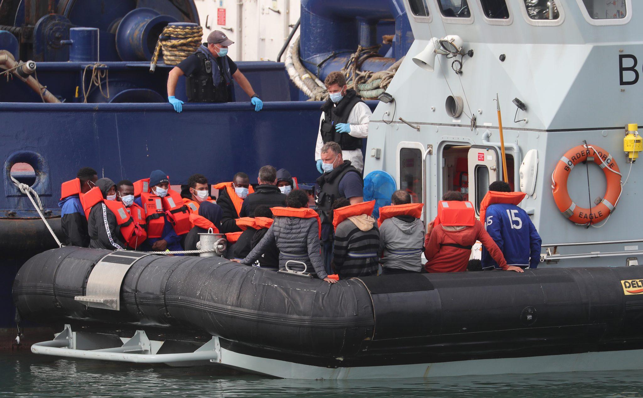 Britische Grenzschützer haben illegale Einwanderer festgesetzt Foto: picture alliance / empics