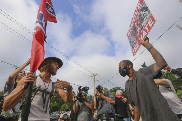 Demonstration in den USA: In dem Land stehen sich die verfeindeten politischen Lager unversöhnlich gegegenüber Foto: picture alliance / newscom