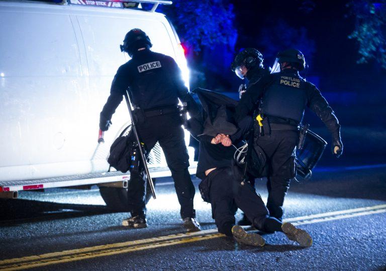 Polizisten führen in Portland einen verhafteten Randalierer ab Foto: picture alliance / AP Photo