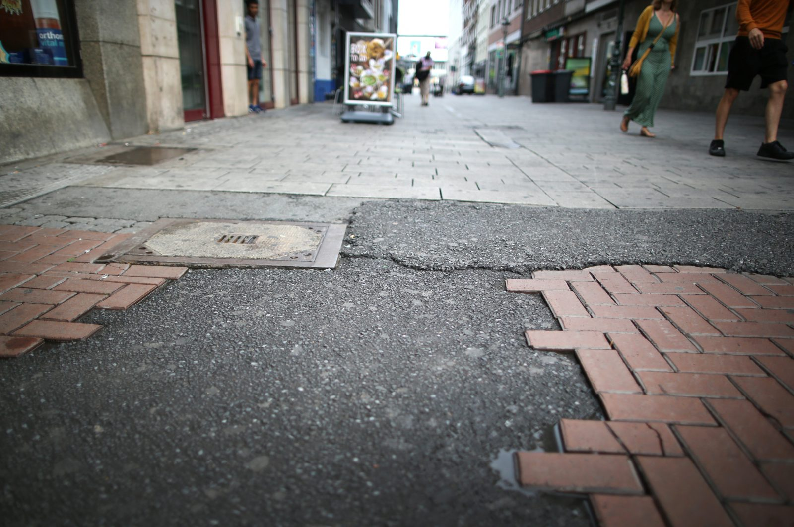 Düsseldorfer Altstadt: Polizei wegen Festnahme in der Kritik Fotos: picture alliance/Martin Gerten/dpa