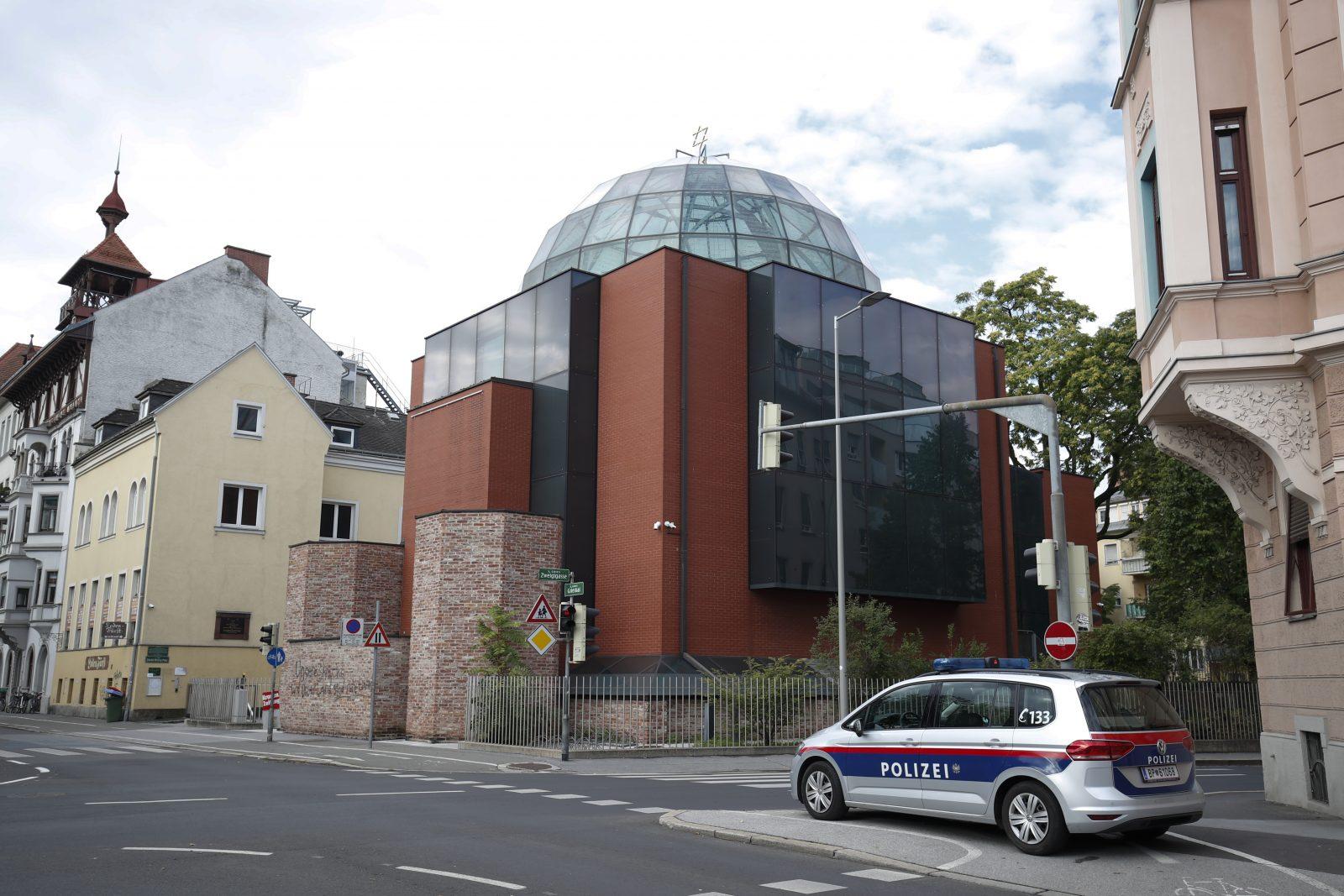 Ein Polizeiauto steht vor der Synagoge in Graz.