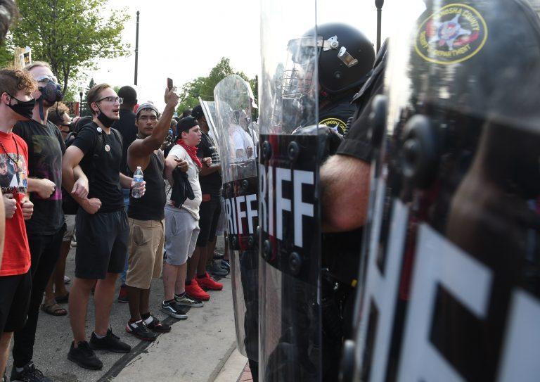 Polizisten und Demonstranten stehen sich in Kenosha im US-Bundesstaat Wisconsin gegenüber Foto: picture alliance/ZUMA Press