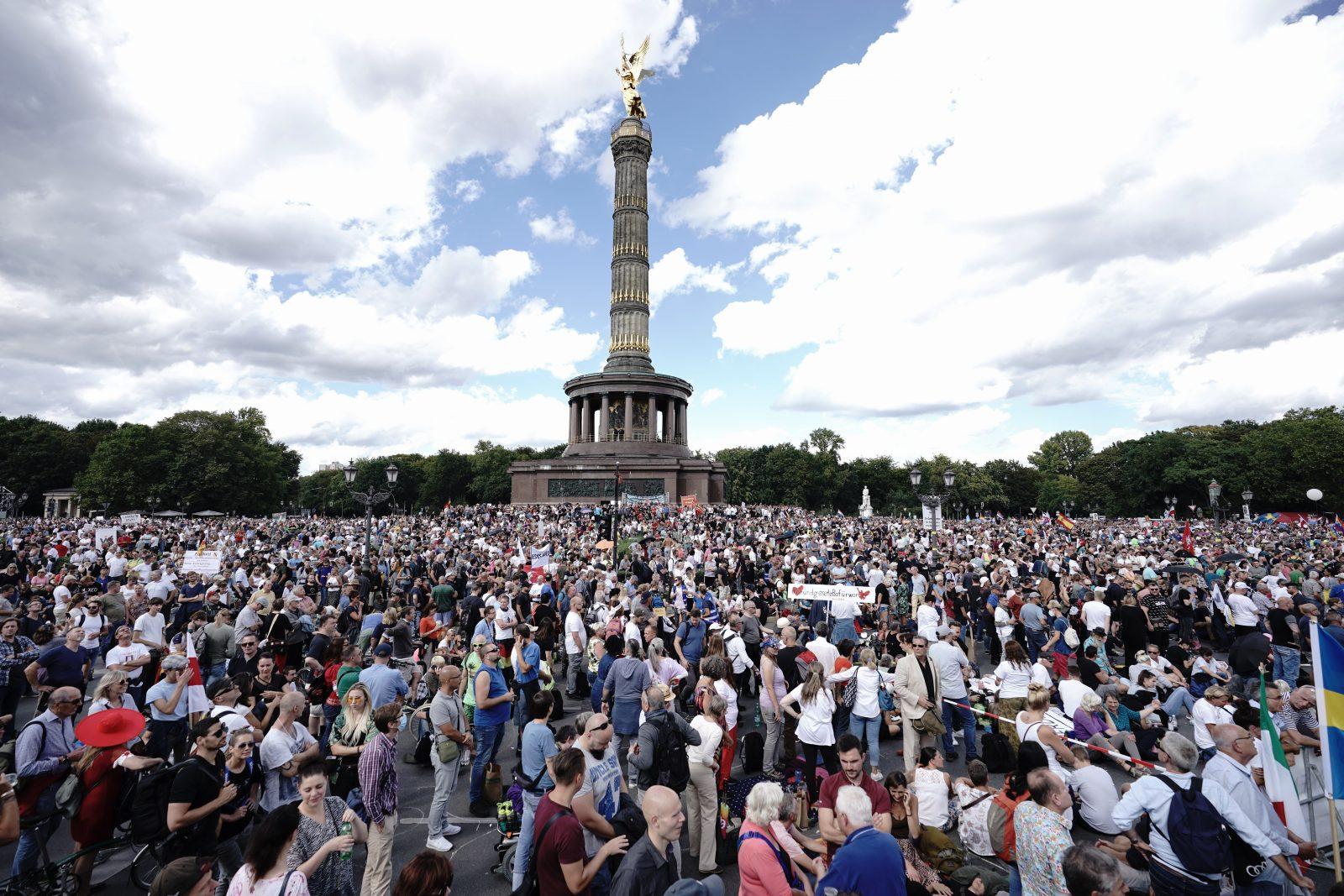 Die Abschlußkundgebung der Corona-Proteste findet rund um die Siegessäule statt Foto: picture alliance/Michael Kappeler/dpa