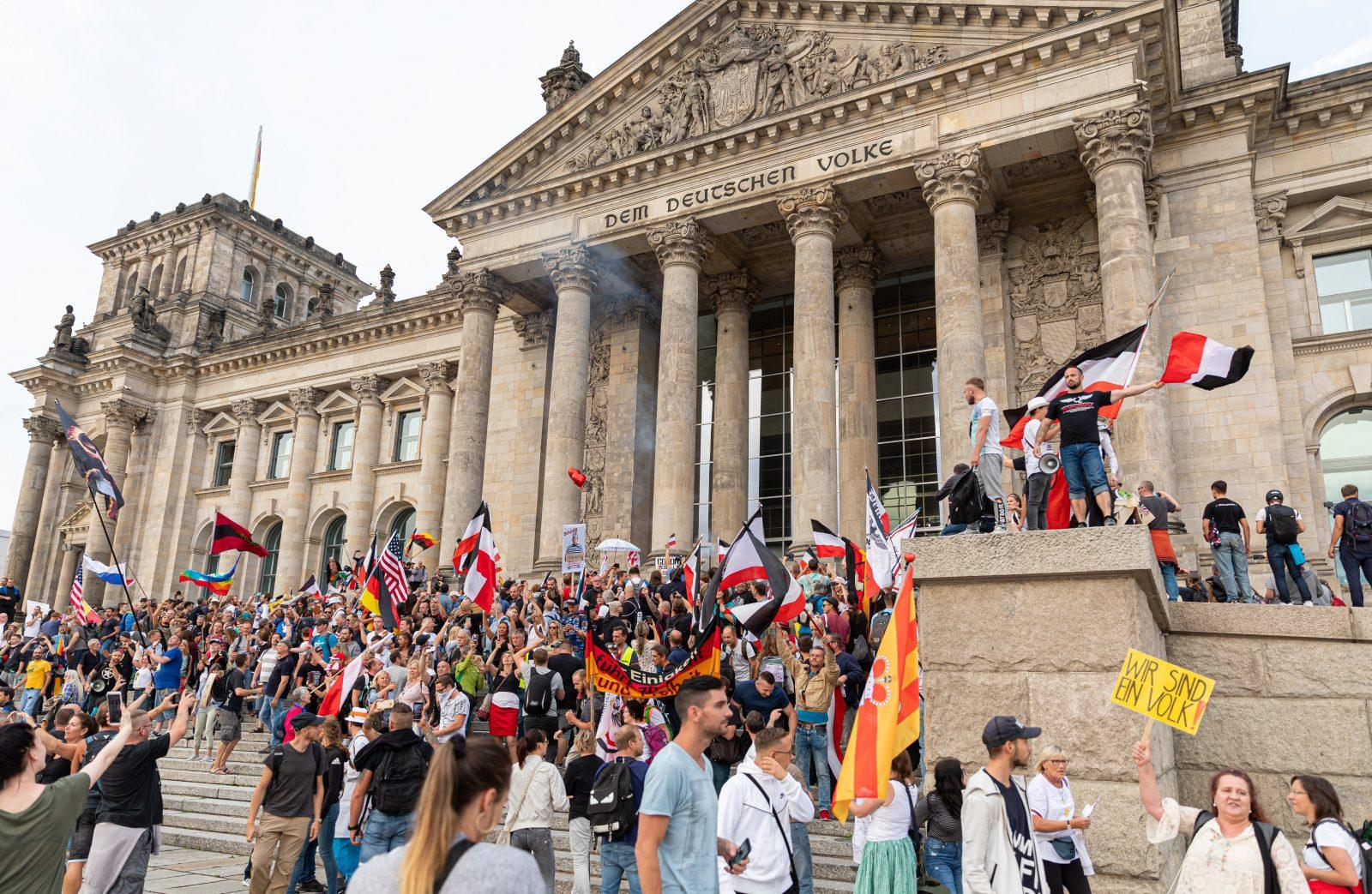 Reichsflaggen vor Reichstag