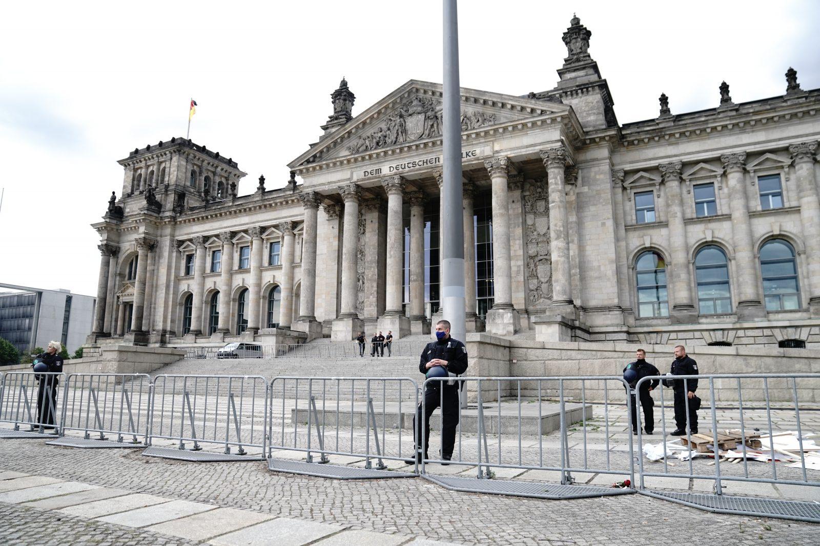 Polizisten bewachen den Reichstag: Nach dem Willen von CSU und Grünen soll eine dauerhafte Bannmeile bestehen Foto: picture alliance/Kay Nietfeld/dpa