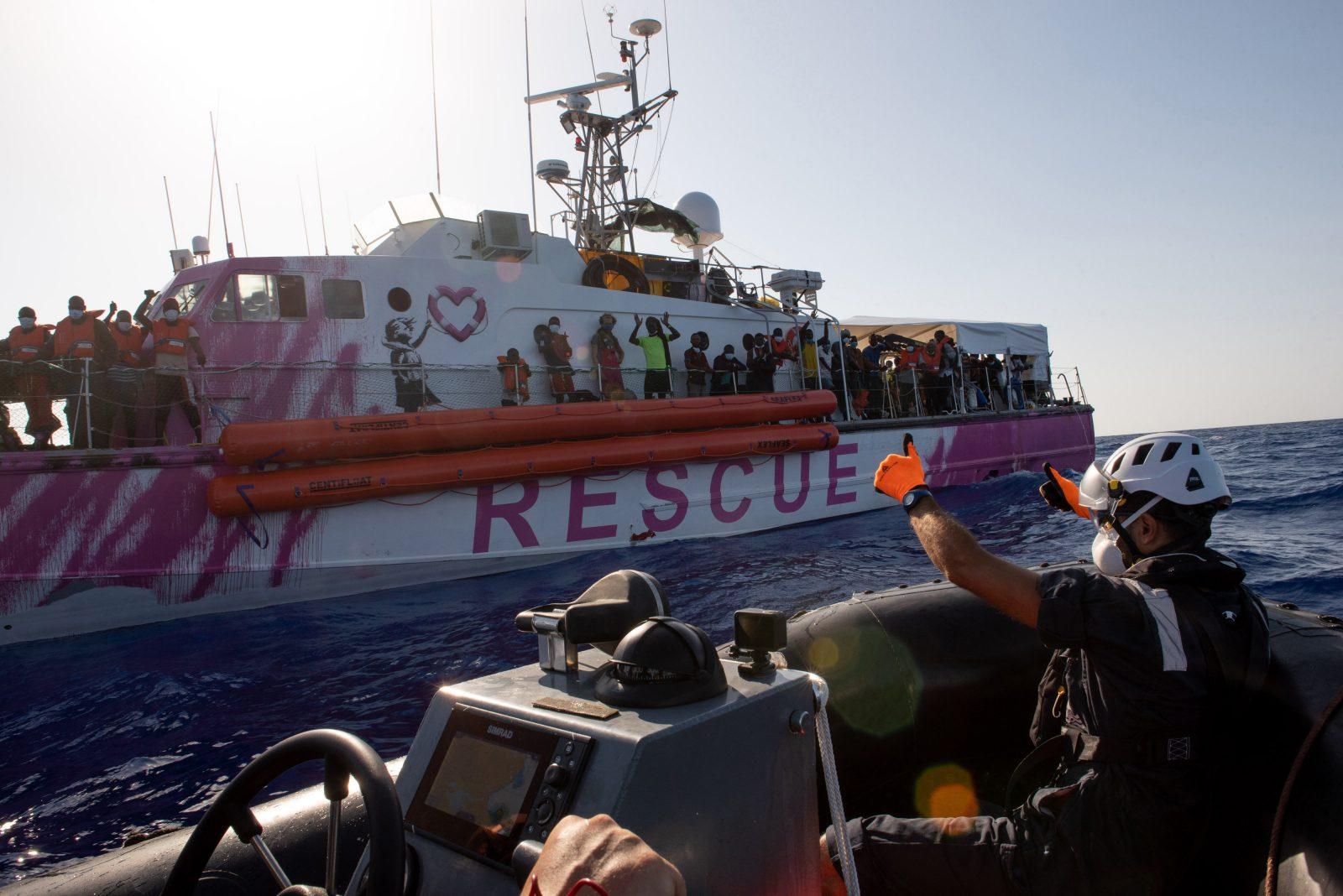 """Migranten auf der """"Louise Michel"""""""